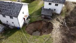 FOTO Zemetrasenie vyvolalo podivný jav. Veľké diery skúmajú vedci