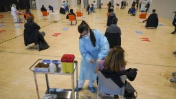 Taliansko stoplo očkovanie šaržou od AstraZenecy, objavili sa úmrtia