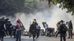 Protesty pokračujú, v Mjanmarsku zadržali poľského novinára