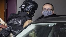FOTO Šéfa SIS eskortovali na súd. Rozhodne o stíhaní za mrežami