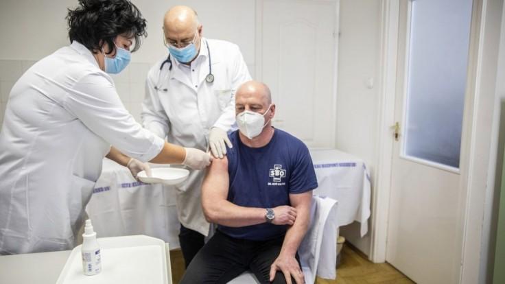 Maďarsko má na pľúcnej ventilácii tisícku pacientov, nakazených pribúda