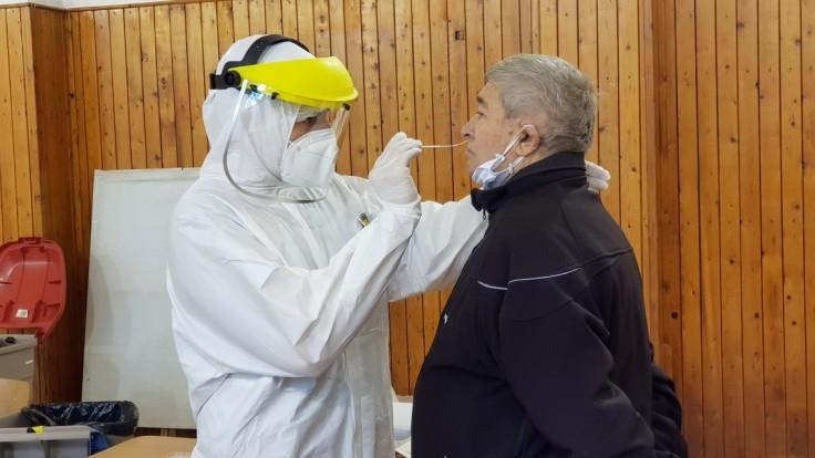 V prvej línii pracujú i študenti, pomáhajú aj v očkovacích centrách