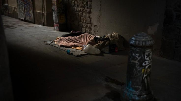 Bezdomovec porušil zákaz vychádzania, od polície dostal pokutu