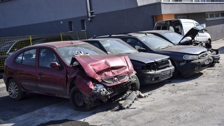 Odťahovanie starých áut je komplikované, na definitívne rozhodnutie si počkáme