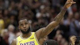 LeBron James má ambíciu vlastniť klub NBA, nesmie však aktívne hrať