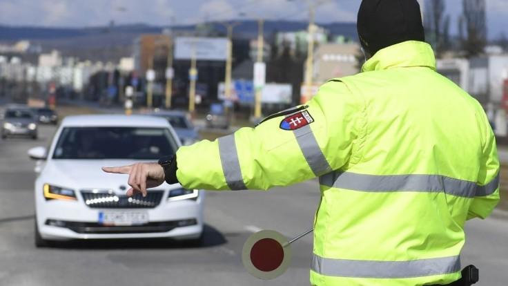 Vodič unikal pred policajtmi, nakoniec do jedného narazil
