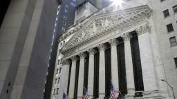 Akcie sú na rekordných maximách, americký Fed chce nízke úroky aj naďalej