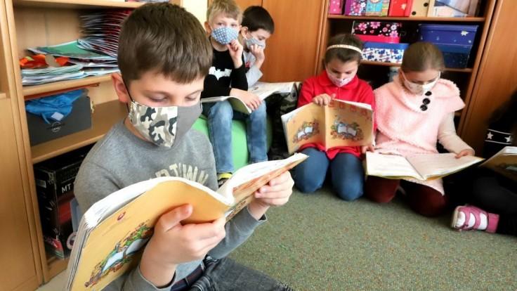 Záhorská Bystrica obnovuje vyučovanie, otvorí aj detské ihriská