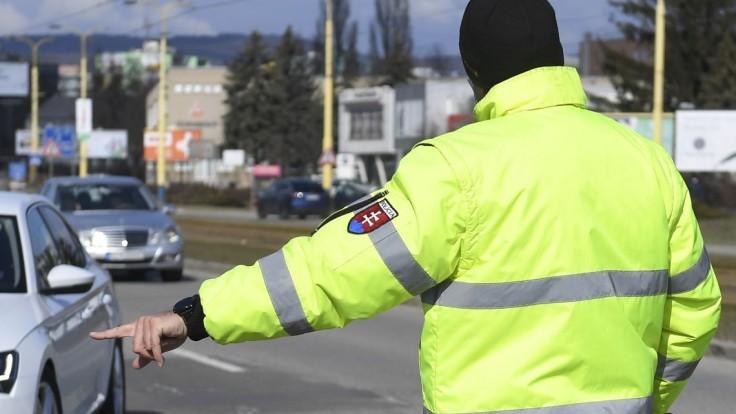 Policajti budú kontrolovať dovolenkový zákaz, stretnete ich aj na letiskách