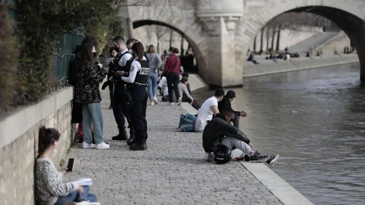 Francúzsko zavádza mesačný lockdown, nebude však tak prísny