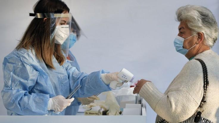 Očkovanie sa opäť spomalí. Vakcín pre ľudí nad 60 rokov bude menej