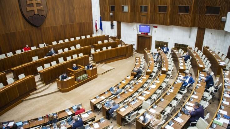 Poslanci odmietli výzvu Smeru. Všetko podľa nich funguje