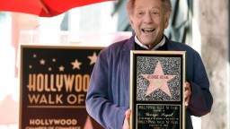Zomrel herec George Segal, účinkoval v desiatkach filmov a seriálov
