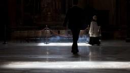 Platy duchovných sa znížia, Vatikán chce zabrániť rušeniu miest