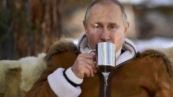 Putinovi sa vedľajšie účinky vyhli, dostal jednu z troch ruských vakcín