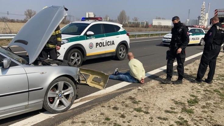 Naháňačka na diaľnici. Vodič nereagoval ani na policajné výstrely
