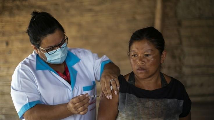 Politickí rivali sa predháňajú, kto skôr príde s vakcínou v Brazílii