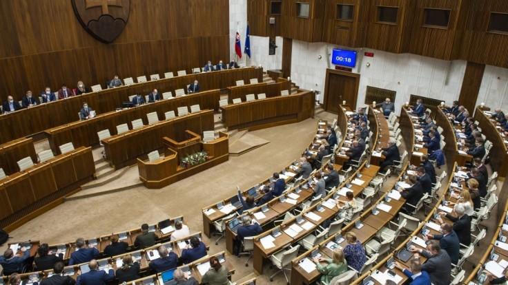 Po prerušenej schôdzi čaká poslancov národnej rady dlhý program