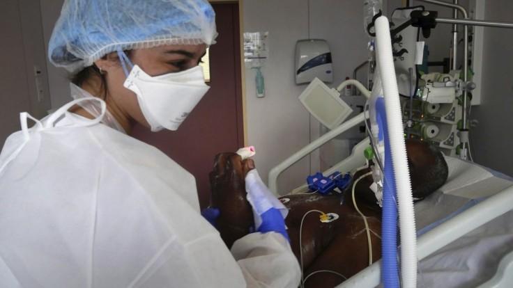 Lekári sú za tvrdý lockdown. Nemocnice v Paríži sú na hrane