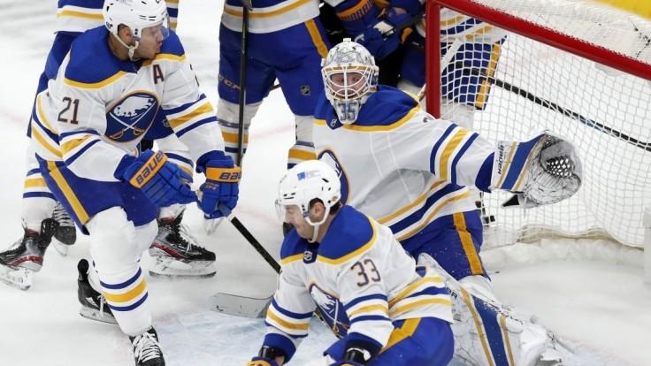 NHL: Buffalo prehralo 18. zápas za sebou, Edmonton uspel na ľade Toronta