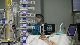 Preplnené nemocnice vo Francúzsku. Ako budú vyzerať nasledujúce týždne
