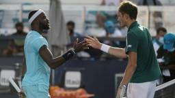 Medvedev postúpil do štvrťfinále, vyradil Američana Tiafoa