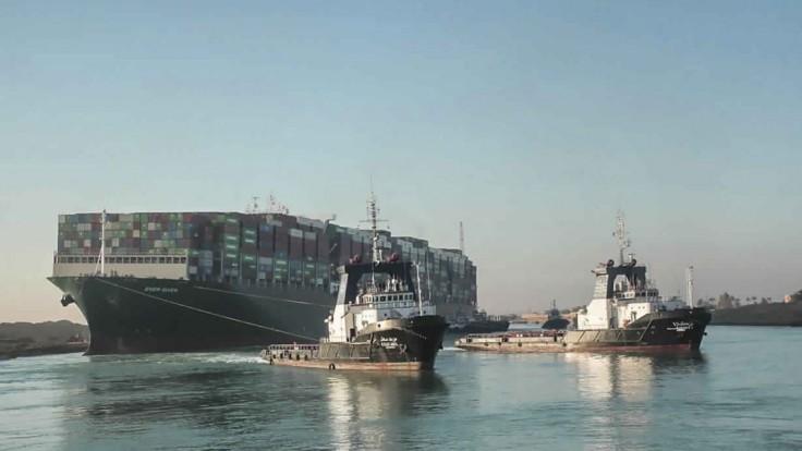 Loď, ktorá spôsobila miliardové škody, sa zo Suezu tak rýchlo nedostane