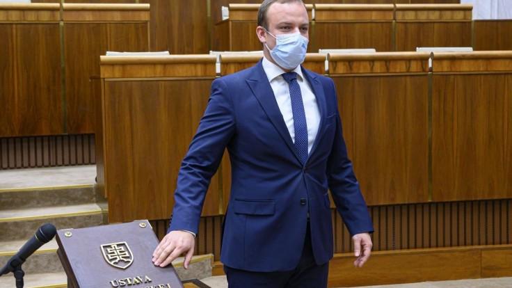 Náhradníci sa vrátili do parlamentu, Kollár sa ospravedlnil