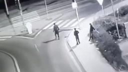 Opitý mladík vbehol rovno pod auto, polícia zverejnila video