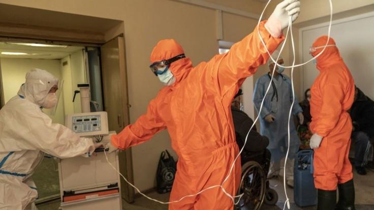 Medzi novými prípadmi na Ukrajine sú stovky zdravotníkov