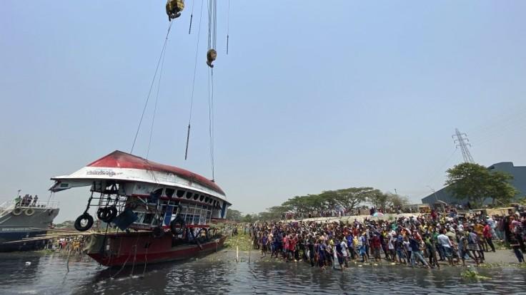 Do trajektu narazila veľká loď. Nehoda v Bangladéši má desiatky obetí