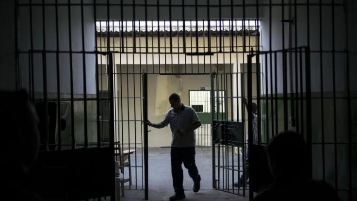 Väznicu prepadli, stovkám ľudí sa z nej podarilo utiecť