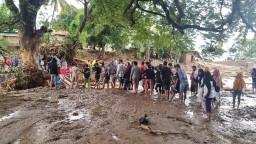 Povodne a zosuvy zobrali domov tisíckam ľudí, obetí je vyše 150