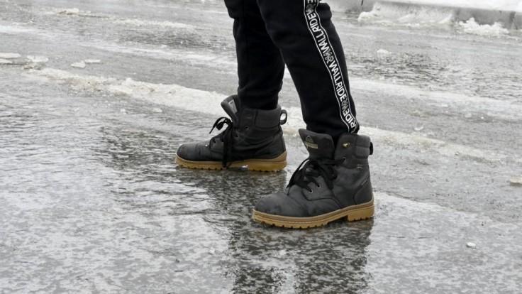 Pozor pri ceste do práce. Varujú pred poľadovicou i snežením