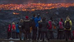 Z novej trhliny sa valí láva, turistov na Islande museli evakuovať