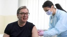 Srbského prezidenta zaočkovali v priamom prenose, dostal čínsku vakcínu