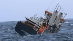 Nákladnú loď unáša more. Pre zlé počasie odložili odtiahnutie