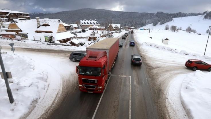 Dopravu na Donovaloch skomplikoval sneh, polícia ju obmedzila
