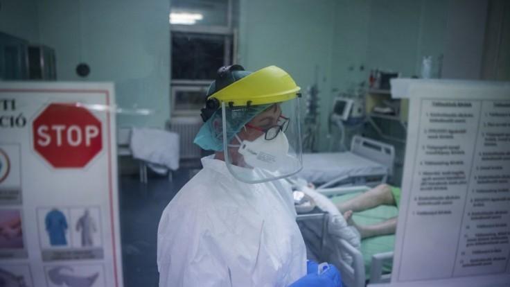 Pandémia v Poľsku nepoľavuje, pribudlo takmer tisíc úmrtí