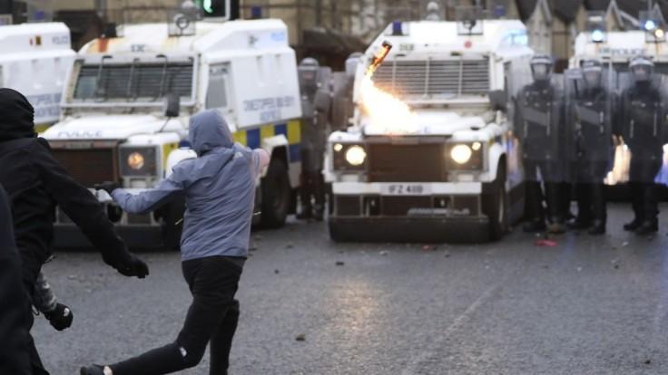 FOTO Hádzali fľaše i kamene. Polícia v Belfaste čelí rozhnevaným demonštrantom