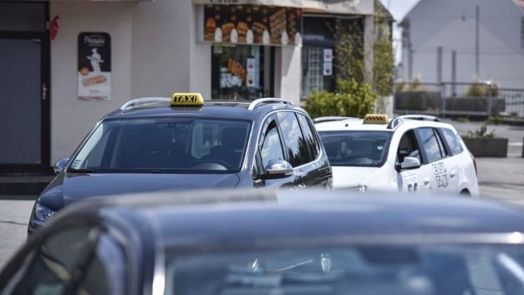 Taxislužby či autoškoly môžu dostať pomoc, Čaputová podpísala zákon