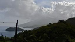Sopka sa po desaťročiach prebudila, ostrov zahalila vrstvou popola