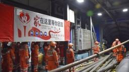 Čínski záchranári bojujú o život baníkov, uviazli v zaplavenej bani