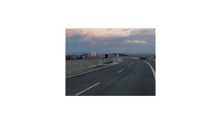 Na D1 v smere na Brno sa prevrátil kamión a havarovalo 20 vozidiel