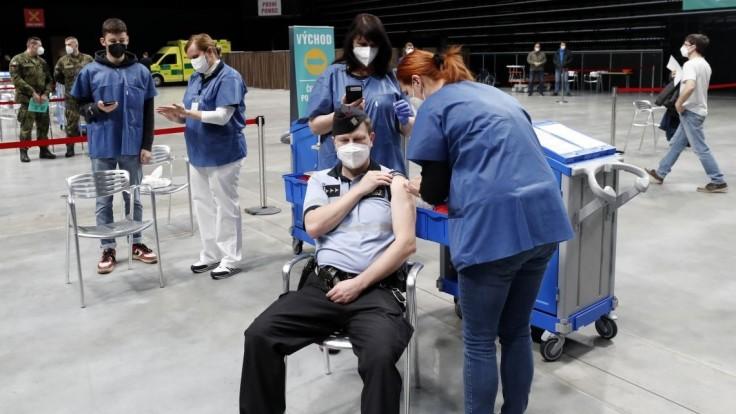 Česko má vyše 28 000 obetí. Reprodukčné číslo opäť stúplo