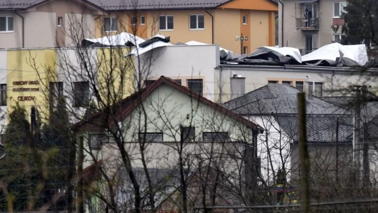 Prudký vietor strhol strechu obecného úradu. Starosta je nešťastný