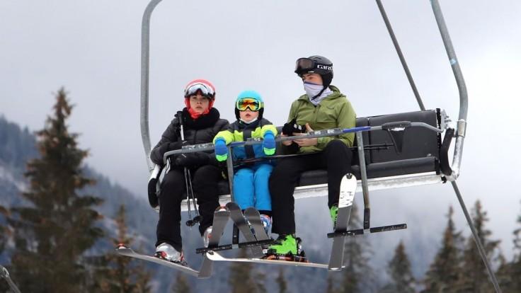 Plné parkoviská a tri metre snehu. V Tatrách sa opäť začína lyžiarska sezóna