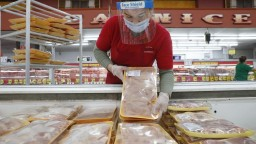 Minimálnu mzdu zvýšili trojnásobne, nestačí však ani na kilo mäsa