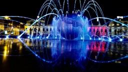 Fontána pred Prezidentským palácom hýri farbami. Ovládajú ju špecializovaným softvérom