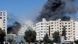Po izraelskom nálete v Gaze sa zrútila budova, kde sídlili médiá